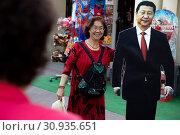 Купить «Китайские туристы фотографируются рядом со статуей лидера Китая Си Цзиньпиня на Арбате в центре города Москвы, Россия», фото № 30935651, снято 8 июня 2019 г. (c) Николай Винокуров / Фотобанк Лори