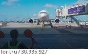 Купить «Supervisor meets passenger airplane at the airport», видеоролик № 30935927, снято 22 ноября 2018 г. (c) Игорь Жоров / Фотобанк Лори