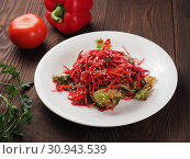 Salad of red and white cabbage and sweet red pepper, seasoned with olive oil. Стоковое фото, фотограф Алексей Кокорин / Фотобанк Лори