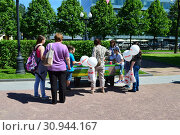 Дети играют в аэрохоккей на Цветном бульваре в Международный День защиты детей. Город Москва (2015 год). Редакционное фото, фотограф lana1501 / Фотобанк Лори