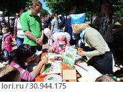 Купить «Дети на мастер-классе по рисованию в сквере на Цветном бульваре в Международный День защиты детей. Город Москва», эксклюзивное фото № 30944175, снято 1 июня 2015 г. (c) lana1501 / Фотобанк Лори