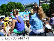 Купить «Праздничное мероприятие в сквере на Цветном бульваре в Международный День защиты детей. Город Москва. Россия», эксклюзивное фото № 30944179, снято 1 июня 2015 г. (c) lana1501 / Фотобанк Лори