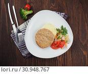 Купить «Meat cutlet with potato garnish», фото № 30948767, снято 11 апреля 2019 г. (c) Алексей Кокорин / Фотобанк Лори