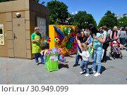 Уличная торговля детскими игрушками и сувенирами в сквере на Цветном бульваре в Международный День защиты детей в Москве (2015 год). Редакционное фото, фотограф lana1501 / Фотобанк Лори
