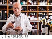 Купить «Man owner of winery inviting to tasting wine», фото № 30949479, снято 8 мая 2019 г. (c) Яков Филимонов / Фотобанк Лори