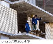 Разговор двух рабочих на стройке (2019 год). Редакционное фото, фотограф Вячеслав Палес / Фотобанк Лори