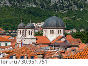 Red tiled roofs of old town houses in Kotor and Serbian Orthodox Church of St. Nikola , Montenegro (2019 год). Стоковое фото, фотограф Володина Ольга / Фотобанк Лори