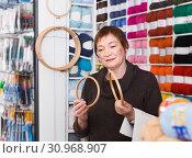 Купить «Senior woman choosing embroidery hoops in shop», фото № 30968907, снято 10 мая 2017 г. (c) Яков Филимонов / Фотобанк Лори