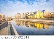 Отражения города. Reflections of buildings in the water (2019 год). Стоковое фото, фотограф Baturina Yuliya / Фотобанк Лори