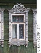 Купить «Окна деревенского дома с красивыми резными деревянными наличниками», фото № 30994511, снято 9 июня 2019 г. (c) Наталья Николаева / Фотобанк Лори