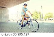 Купить «young hipster man riding fixed gear bike», фото № 30995127, снято 15 июня 2016 г. (c) Syda Productions / Фотобанк Лори