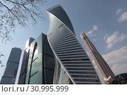 Купить «Комплекс зданий Москва-Сити, фрагмент», эксклюзивное фото № 30995999, снято 21 апреля 2019 г. (c) Дмитрий Неумоин / Фотобанк Лори