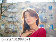 Portrait of stylish smiling happy brunette woman walking outdoors during sunny spring day while the sun is shining. Стоковое фото, фотограф Ольга Балынская / Фотобанк Лори