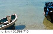 Купить «Longtail fisher boats on beach», видеоролик № 30999715, снято 9 июня 2019 г. (c) Игорь Жоров / Фотобанк Лори