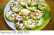 Grilled zucchini slices with garlic and spices. Стоковое видео, видеограф Peredniankina / Фотобанк Лори