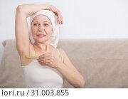 Купить «Woman doing body hair removal», фото № 31003855, снято 21 марта 2017 г. (c) Яков Филимонов / Фотобанк Лори