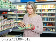 Woman buying eggs at grocery. Стоковое фото, фотограф Яков Филимонов / Фотобанк Лори