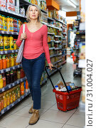 Купить «Mature woman shopping in grocery», фото № 31004027, снято 8 февраля 2019 г. (c) Яков Филимонов / Фотобанк Лори