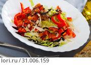 Купить «Salad with red bell peppers, lettuce and onions», фото № 31006159, снято 24 августа 2019 г. (c) Яков Филимонов / Фотобанк Лори