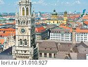Новая ратуша (Neues Rathaus) и вид на город с высоты птичьего полета. Летний день. Мюнхен. Бавария. Германия (2019 год). Стоковое фото, фотограф E. O. / Фотобанк Лори