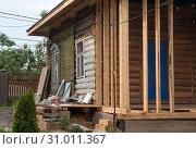 Купить «Перестройка и ремонт старого деревянного деревенского дома», фото № 31011367, снято 9 июня 2019 г. (c) Наталья Николаева / Фотобанк Лори