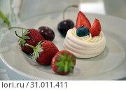 Пирожное с черникой и клубникой. Стоковое фото, фотограф Роза Ибрагимова / Фотобанк Лори