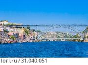 Famous steel bridge dom Luis above connects Old town Porto with Vila Nova de Gaia at river Douro, Portugal (2018 год). Редакционное фото, фотограф Николай Коржов / Фотобанк Лори