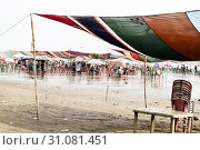 Купить «Versova beach, Mumbai India 10, Jan 2019: Beach market View of crowded with tourists and vendors in during new year festival, causes water pollution due to plastic and pile of garbage.», фото № 31081451, снято 10 января 2019 г. (c) easy Fotostock / Фотобанк Лори