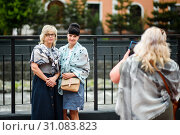Купить «Женщина фотографирует подруг на телефон», эксклюзивное фото № 31083823, снято 5 июня 2019 г. (c) Игорь Низов / Фотобанк Лори