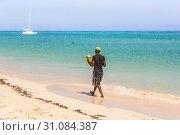 Man with coconuts walk on the beach. Стоковое фото, фотограф Александр Бекишев / Фотобанк Лори