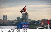 Купить «Motofreestyle - jumps with incredible acrobatic elements», видеоролик № 31084455, снято 16 июня 2019 г. (c) Игорь Жоров / Фотобанк Лори