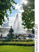 """Купить «Москва, ВДНХ, летний день, фонтан """"Каменный цветок""""», эксклюзивное фото № 31085207, снято 1 июня 2019 г. (c) Dmitry29 / Фотобанк Лори"""