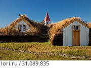 Kirche und Torfgehoeft, Torfmuseum Glaumbær, Nordwest-Island, Island, Europa. Стоковое фото, фотограф Zoonar.com/Stefan Ziese / age Fotostock / Фотобанк Лори