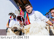 A Joalduna is a traditional character of the culture of Navarre, especially in some small villages of the north of Navarre: Ituren and Zubieta. His function... (2018 год). Редакционное фото, фотограф Marcelino Ramírez / age Fotostock / Фотобанк Лори