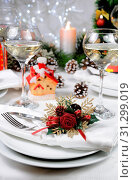 Linen napkin, decorated with Christmas Corsage on the table. Стоковое фото, фотограф Maryna Voronova / easy Fotostock / Фотобанк Лори
