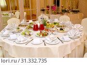 Круглый стол, сервированный для банкета. Ресторан. Стоковое фото, фотограф Ирина Борсученко / Фотобанк Лори