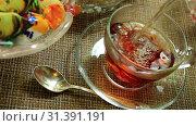 Наливаем чай в чашку. Стоковое видео, видеограф Виктор Топорков / Фотобанк Лори