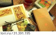 Композиция с книгами,часами и чашкой чая (2019 год). Редакционное видео, видеограф Виктор Топорков / Фотобанк Лори