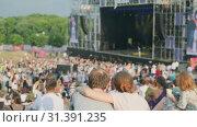 Women are watching concert at open air music festival. Редакционное видео, видеограф Антон Гвоздиков / Фотобанк Лори