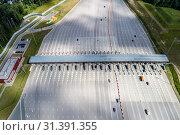 """Пункт оплаты на автомагистрали """"М11"""" Москва-Санкт-Петербург (2019 год). Редакционное фото, фотограф glokaya_kuzdra / Фотобанк Лори"""
