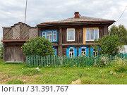 Купить «Старинный деревянный дом с красивыми воротами. Деревня Висим, Свердловская область.», фото № 31391767, снято 6 июля 2019 г. (c) Bala-Kate / Фотобанк Лори