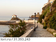 View of the town lighthouse, fortress, church and the sea (Greece, island Andros, Cyclades) (2019 год). Стоковое фото, фотограф Татьяна Ляпи / Фотобанк Лори