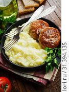 Купить «Картофельное пюре с котлетами», фото № 31394135, снято 7 апреля 2019 г. (c) Надежда Мишкова / Фотобанк Лори