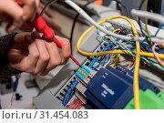 Купить «Elektriker arbeitet mit einem Schraubenzieher bei Stromanschlüssen - Nahaufnahme», фото № 31454083, снято 15 апреля 2020 г. (c) easy Fotostock / Фотобанк Лори