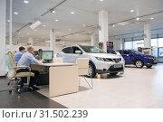 Менеджеры в автосалоне официального дилера Ниссан (2019 год). Редакционное фото, фотограф Виктор Карасев / Фотобанк Лори