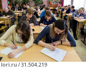 Купить «Взрослые люди пишут тесты», фото № 31504219, снято 13 апреля 2019 г. (c) Вячеслав Палес / Фотобанк Лори