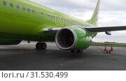 Купить «Boeing 737 S7 before departure», видеоролик № 31530499, снято 14 июня 2019 г. (c) Игорь Жоров / Фотобанк Лори