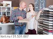 Купить «Spouses discuss the choice of surface for kitchen», фото № 31531007, снято 4 апреля 2017 г. (c) Яков Филимонов / Фотобанк Лори