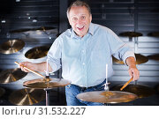 Купить «Man is playing on drum set», фото № 31532227, снято 18 сентября 2017 г. (c) Яков Филимонов / Фотобанк Лори