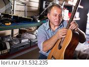 Купить «master is repairing instruments», фото № 31532235, снято 18 сентября 2017 г. (c) Яков Филимонов / Фотобанк Лори